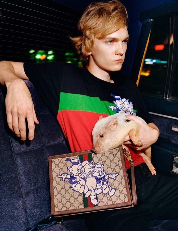 BST sử dụng những tông màu cùng họa tiết đặc trưng đúng chất Gucci.