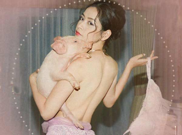 Trong MV ra mắt hồi cuối tháng 11 - 2018, cô nàng khiến nhiều người ngạc nhiên xen lẫn thích thú khi bán khỏa thân tạo dáng cùng một chú heo.