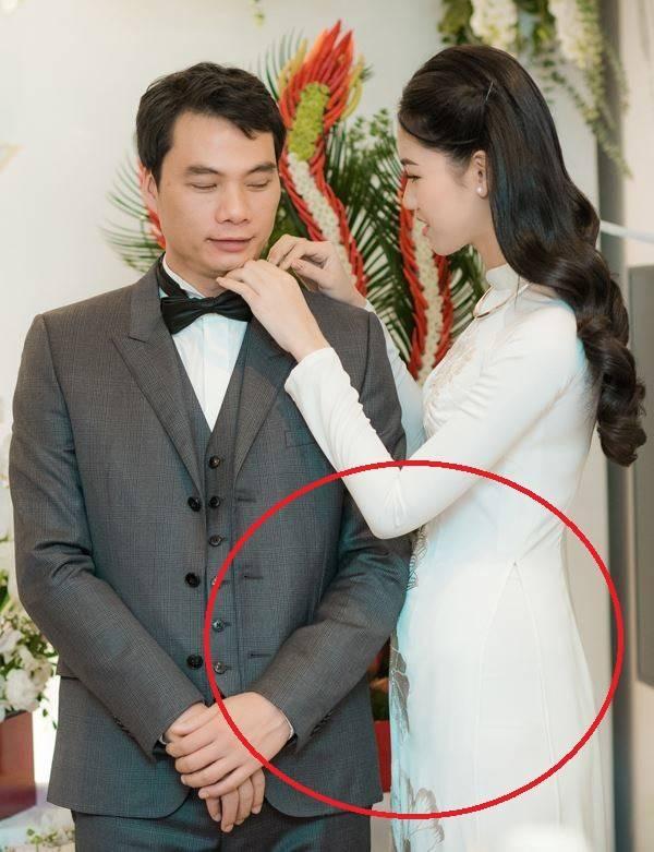 """Còn nhớ, trong ngày cưới của mình, người đẹp cũng khiến dư luận xôn xao khi diện áo dài để lộ phần bụng to """"bất thường""""."""