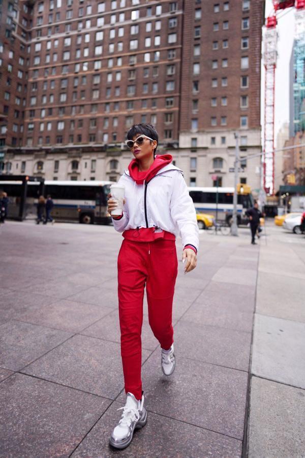 """Xuất hiện từ giữa những năm 2017, trend """"giày ông già"""" ngay lập tức được lòng các tín đồ thời trang và đến đầu năm 2018, Louis Vuitton đã cho ra mắt thiết kế này và trở thành """"cơn lốc"""", """"làm mưa làm gió"""" mãi đến tận đây."""