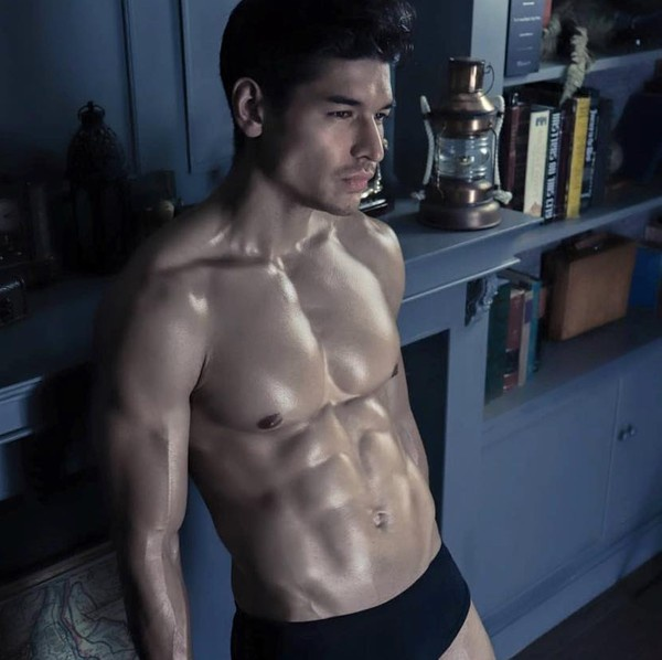 """… chính là cơ bụng như """"tượng tạc"""" của thí sinh Thái Lan –Nick Nolte."""