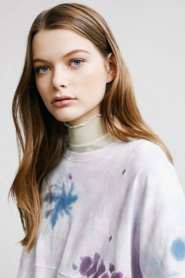 Chiếc áo phông đơn sắc màu mực loang này của Urban Outfitters, và nó chỉ có giá 49$ - tầm 1,1 triệu đồng.