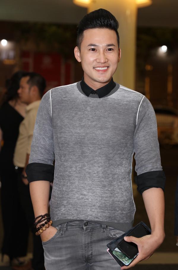 Nam diễn viên Hà Trí Quang bị nhận xét là kém nam tính với bộ cánh ôm sát cùng cách phối loạt vòng đeo tay sến sẩm.