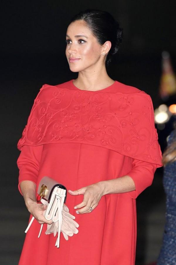Cùng với bộ đầm đắt đỏ, Meghan mang theo mình một chiếc ví cũng của thương hiệu Valentino có giá 2.145 USD (gần 50 triệu đồng).