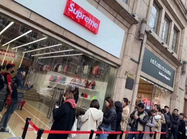 Lượng khách hàng đến cửa hiệu ở Thượng Hải được cho là thuê người đến mua đồ