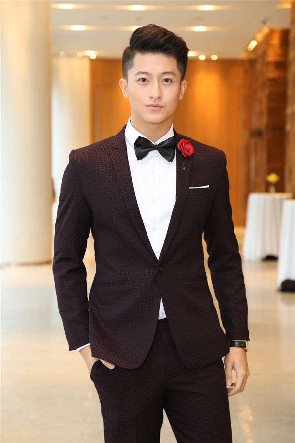Harry Lu được biết đến là chàng trai lịch lãm, chiều cao nổi trội và gương mặt điển trai, nụ cười tỏa nắng.