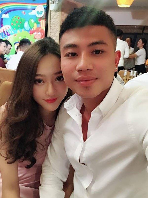 Được biết, bạn gái của Đinh Thanh Bình có tên là Hồng Ngọc sinh năm 1999, từng đăng quang tại Hoa hậu Kinh Bắc 2017 và lọt Top 10 Hoa hậu Đại dương 2017.