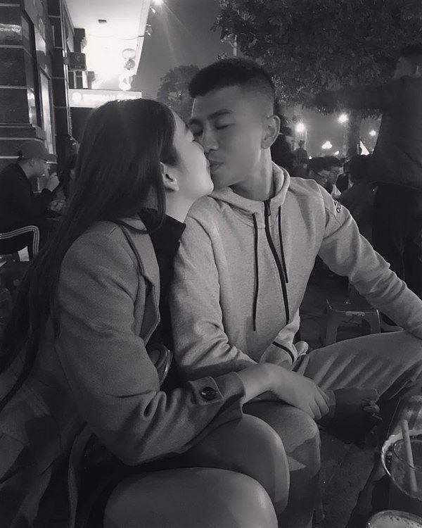 Cả Đinh Thanh Bình và bạn gái xinh đẹp không giấu giếm những khoảnh khắc thể hiện tình cảm nồng nhiệt của mình.