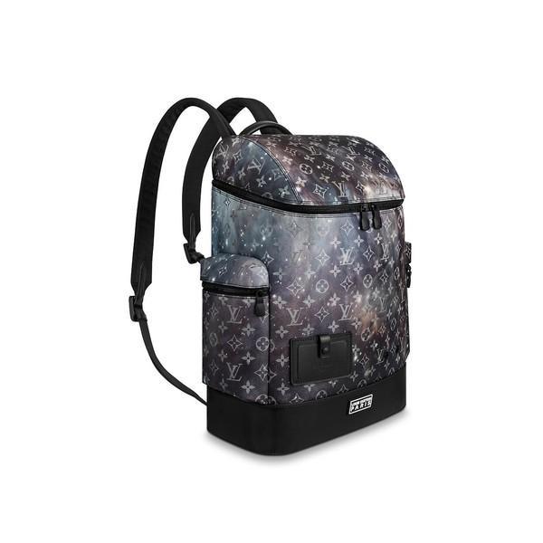 Còn mẫu balo in họa tiết galaxy cực đẹp được đăng bán trên web hãng với giá 65 triệu đồng. Vậy là, tổng giá trị outfit của anh ước tính gần cả trăm triệu đồng.