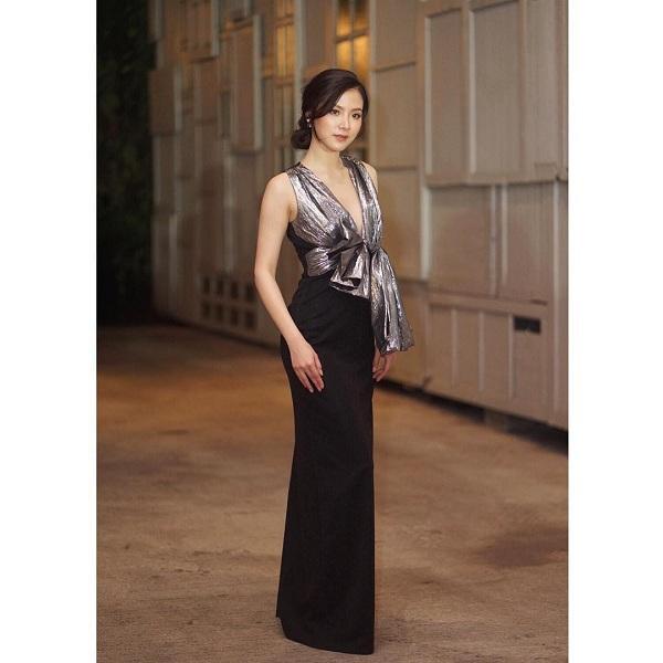 Khí chất không thể chê vào đâu trong thiết kế váy xẻ ngực lấp ló vòng 1