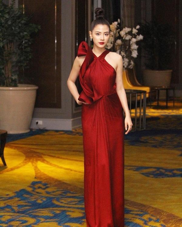Vẻ đẹp gợi cảm của nàng diễn viên đình đám nhất xứ Thái trong chiếc váy đỏ