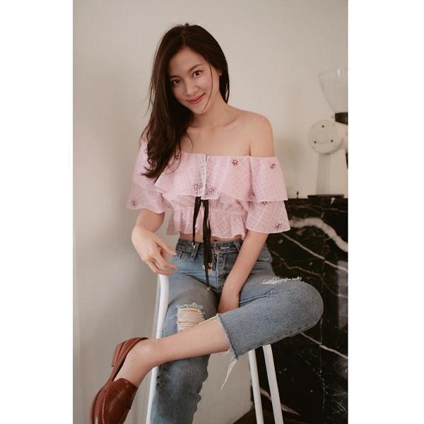 Những mẫu áo bèo nhún crop top luôn là items yêu thích của cô khi mix cùng với quần jeans
