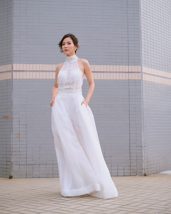 Thiết kế áo cổ lọ mix cùng quần suông ống rộng trắng tinh khôi là một tips vô cùng hữu hiệu cho các nàng có chiều cao nhỏ nhắn như Baifern