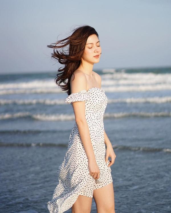 Nữ tính trong dạng váy vintage trễ vai khoe làn da trắng sứ khi đi biển