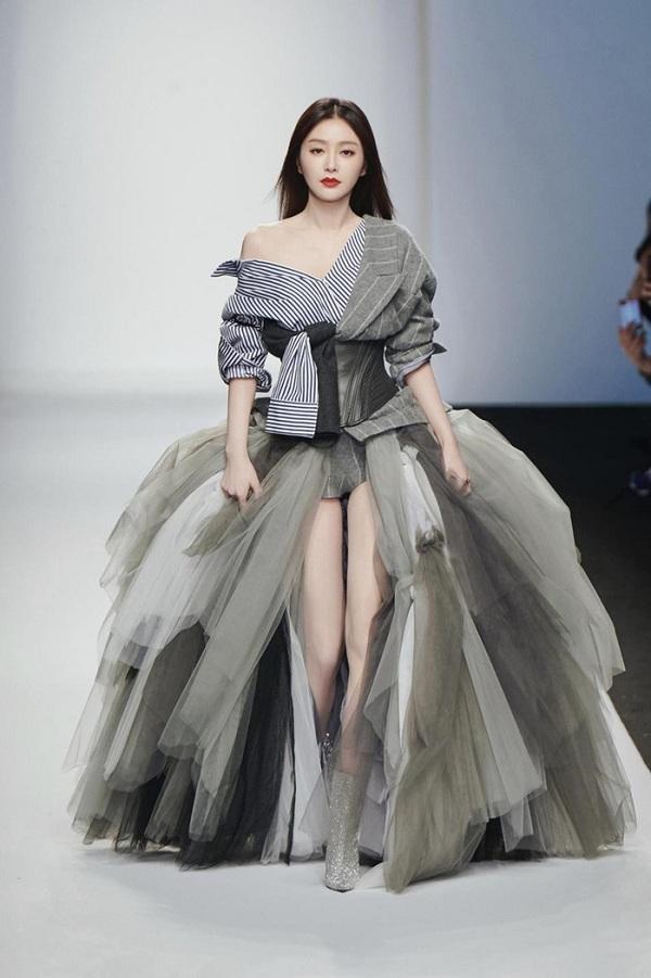 Tần Lam vừa qua đã trở thành gương mặt nổi bật khi xuất hiện ở vai trò người mẫu vedette trong show diễn thời trang của diễn viên Cổ Cự Cơ làm nhà thiết kế