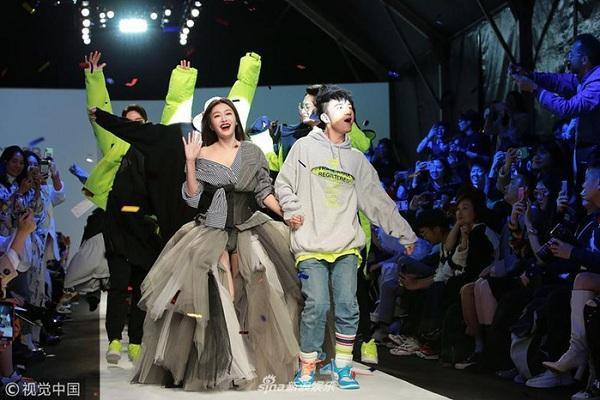Tần Lam và Cổ Cự Cơ ra chào khán giả khi kết thúc show thời trang