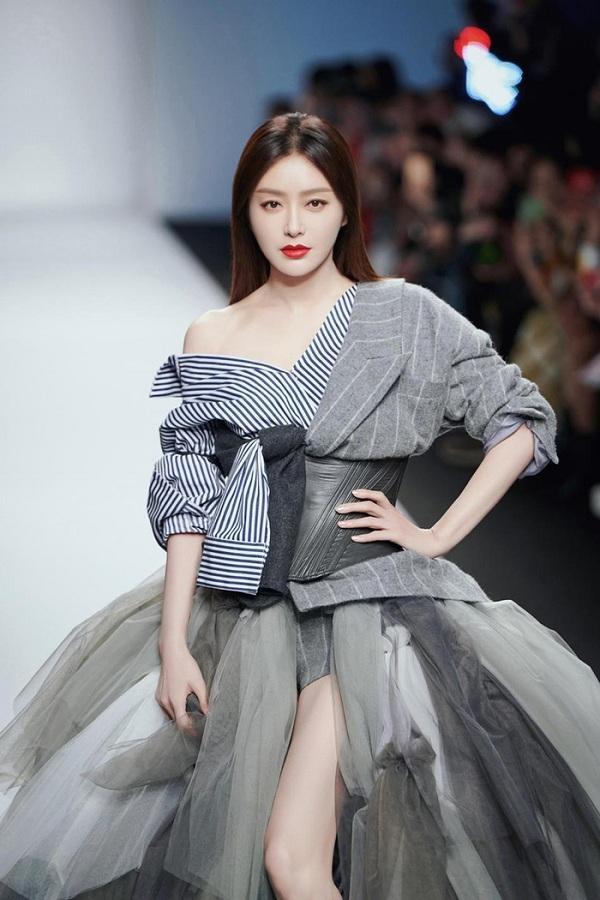 Gương mặt xinh đẹp cùng thần thái lạnh lùng của cô trên sân khấu chiếm trọn sự chú ý của khán giả