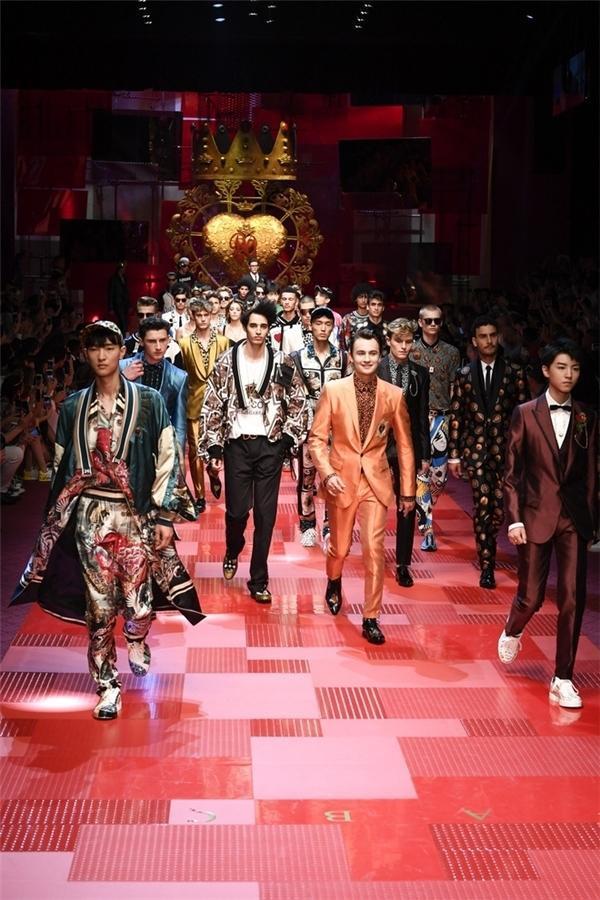 Vương Tuấn Khải của nhóm TFBoys tự tin sải bước trên sàn catwalk cùng dàn mẫu nam quốc tế trong show D&G