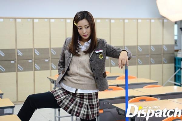 """Kim Hee Sun đã qua tuổi 41. Nữ ngôi sao rất ăn hình khi mặc đồng phục học sinh cấp 3 trong drama """"Khi mẹ ra tay"""" năm 2015. Lúc đó Kim Hee Sun 37 tuổi."""