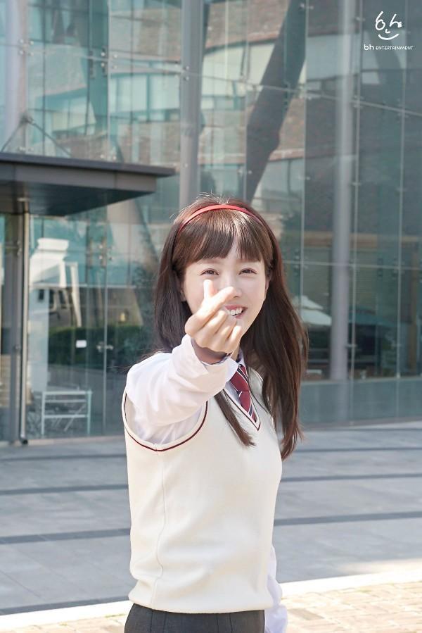 """""""God"""" Han Ji Min (36 tuổi) thực sự trẻ trung, năng động khi hóa thân vào cô nữ sinh 17 tuổi trong bộ phim """"Người vợ thân quen"""" đài tvN sản xuất vào năm ngoái."""