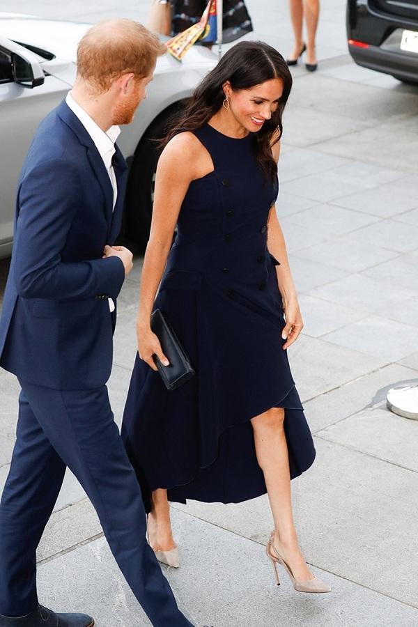 Meghan Markle rất thích mang giày cao gót, đặc biệt là những kiểu giày có gam màu trung tính