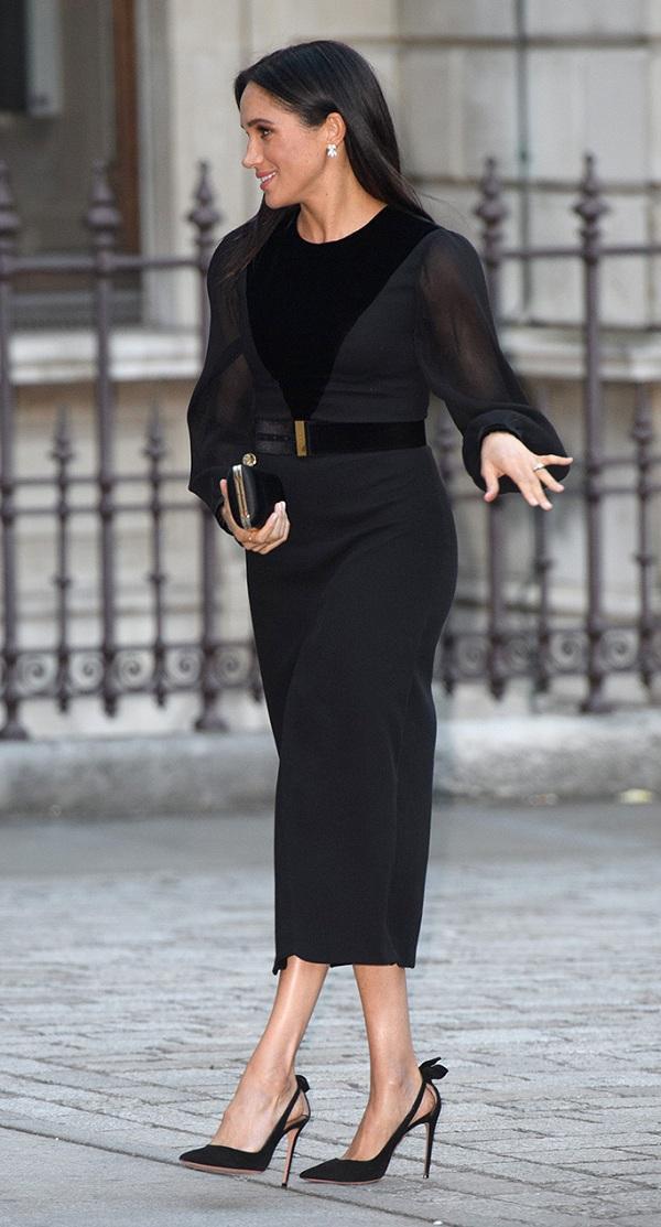 Đôi giày đen có nơ phía sau đến từ nhà mốt Givenchy thường được cô chọn mang khi xuất hiện tại các sự kiện trang trọng của Hoàng gia với các trang phục
