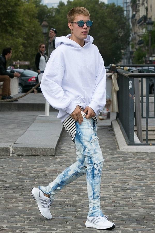 Trẻ trung , năng động trong set áo hoodie và quần jeans rách ombre được phối vô cùng đẹp mắt