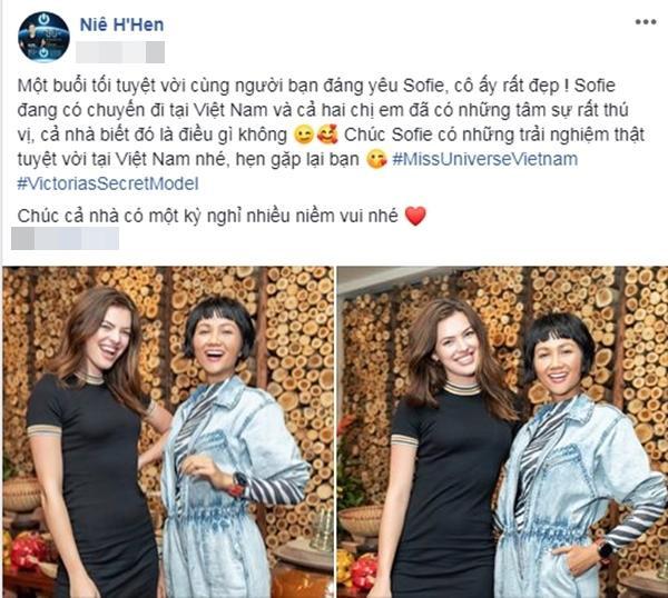H'Hen Niê vàSofie Grace Rovenstine thân thiết tại Việt Nam.
