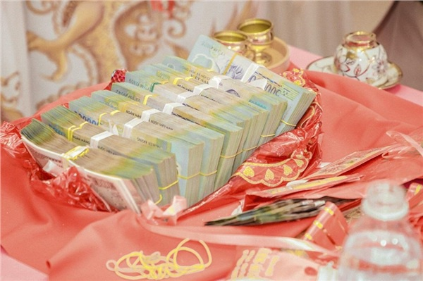 Số tiền mặt gần 1 tỷ đồng được bố mẹ chồng tặng cho đôi trẻ.