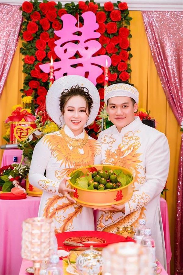 Cùng chúc mừng cho đôi vợ chồng trẻ.