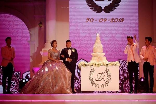 cặp đôi Đức Tín và Thảo Anh tổ chức đám cưới tại Cung Thể thao Tiên Sơn TP. Đà Nẵng với sức chứa khán đài hơn 7.000 khách mời.