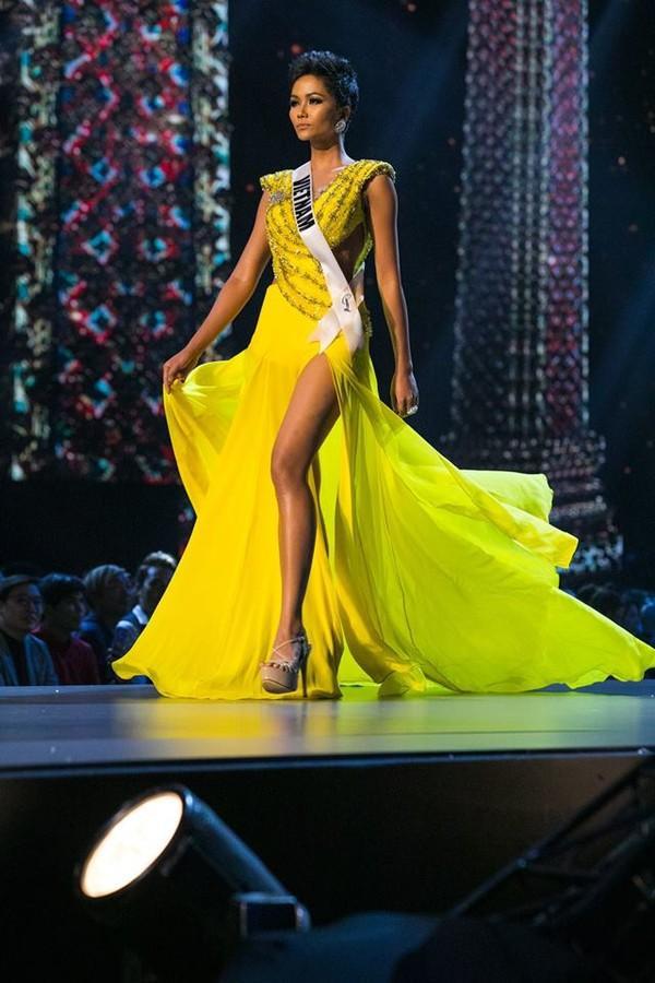 Chiếc váy giúp Hoa hậu tóc ngắn tỏa sáng trên sân khấu Miss Universe theo cả nghĩa đen và nghĩa bóng.