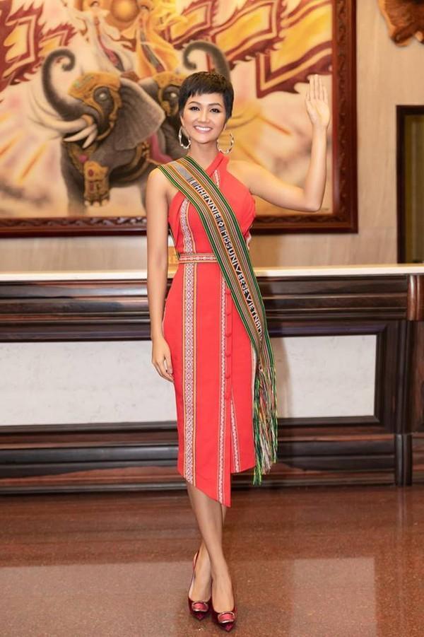 Trong chuyến trở về quê nhà gặp gỡ lãnh đạo tỉnh Đắk Lắk, chân dài Ê Đê lại tiếp tục tái sử dụng bộ cánh lấy cảm hứng từ trang phục của dân tộc mình.