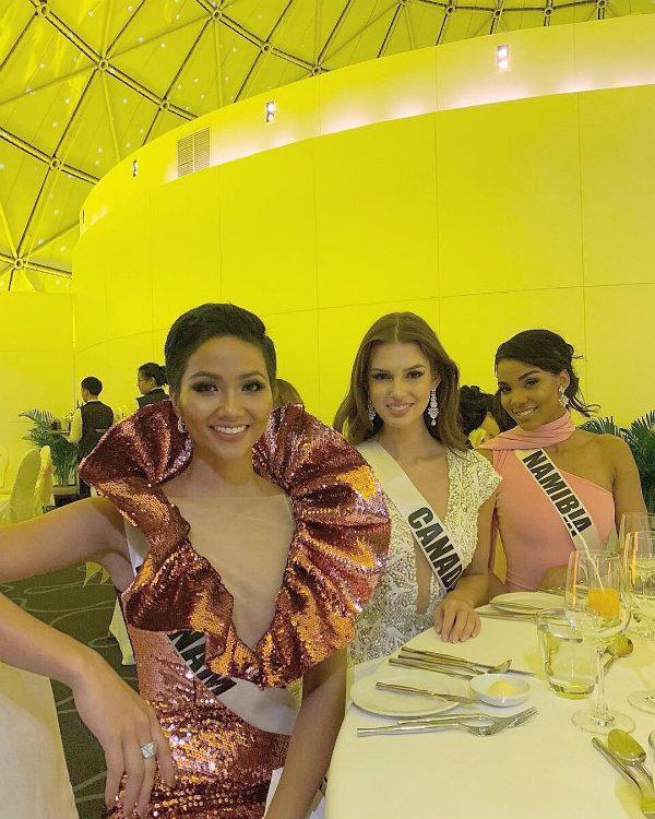 Quả không sai, cũng thiết kế này, chân dài Ê Đê từng diện trong bữa tiệc chào mừng thí sinh trong khuôn khổ Miss Universe tại Thái Lan năm ngoái.