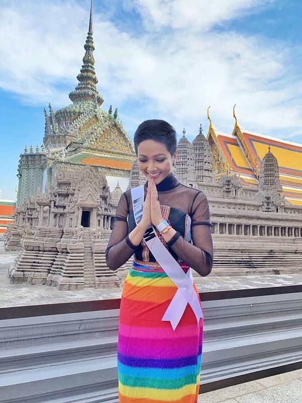 Lần diện trước đó để lấy lòng fan Thái Lan nhất là cộng đồng LGBT, người đẹp Việt Nam đã khéo léo choàng thêm chiếc váy lục sắc khá đẹp mắt.