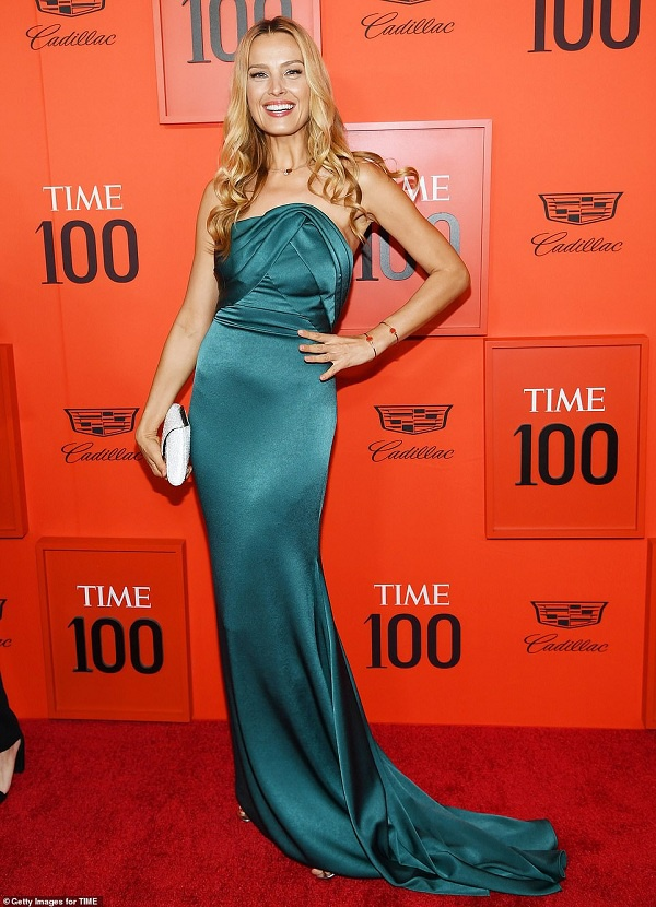 Người mẫu Petra Nemcova xinh đẹp trong thiết kế đầm xanh ngọc bích thướt tha