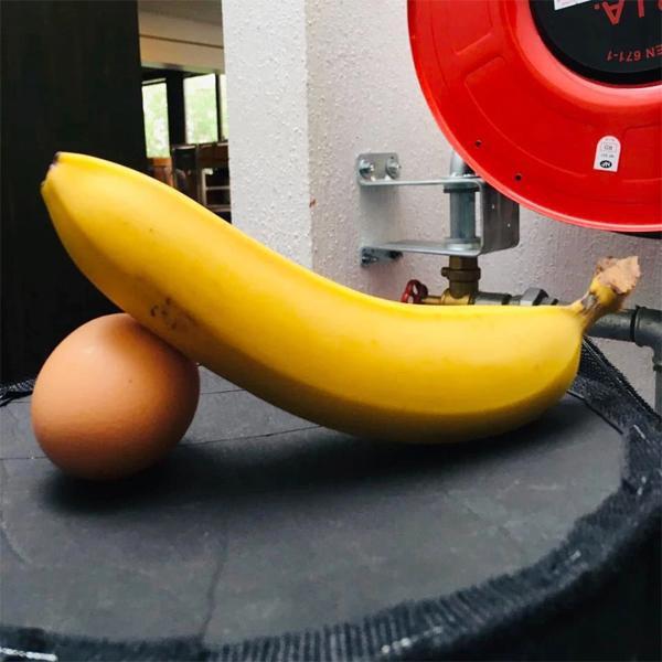 Chuối và quả trứng, hình ảnh mang tính khêu gợi được Cantona đăng tải lên Instagram của mình
