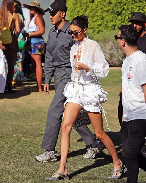 Sau đó không lâu, em gái của Kim Kardashian cũng mau chóng thay cho mình trang phục khác với áo sportbra bên trong chiếc áo trắng mỏng ngoài mix cùng quần short rút dây