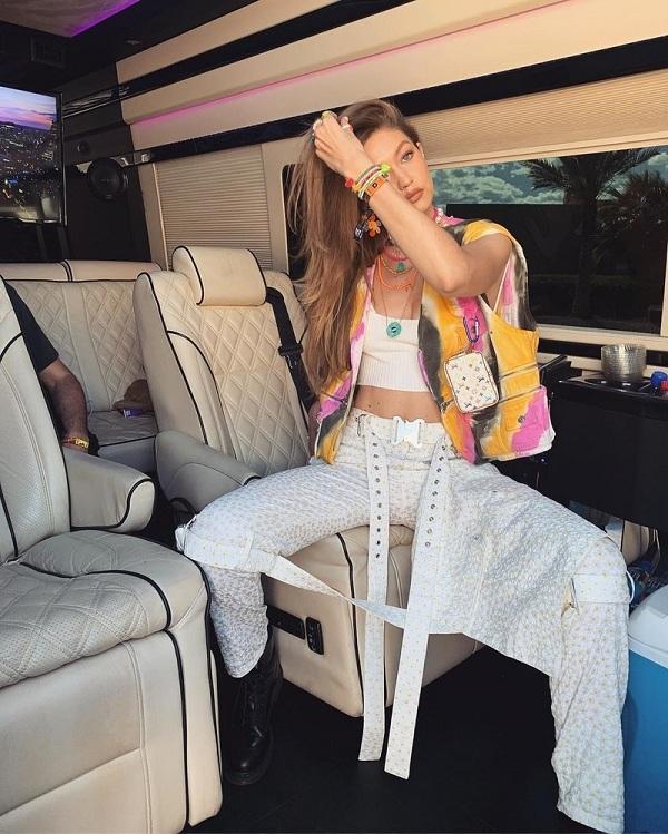 Gigi Hadid chọn cho mình phong cách khá nam tính cùng áo gile ombre sặc sỡ khoác ngoài áo croptop bên trong và quần cargo có thiết kế lạ mắt