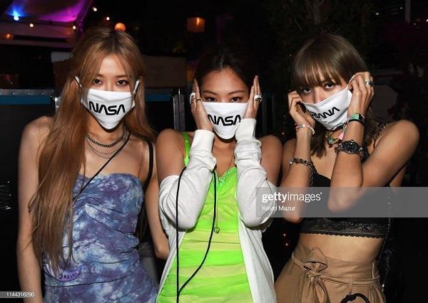 """Khi không ở trên sân khấu. Ba nàng Rosé , Jennie và Lisa khiến fan khó hiểu khi cùng đeo """"khẩu trang Nasa"""" tại Coachella. Có thể thấy ở Mỹ, các cô nàng tự do bung lụa trong các trang phục hở hang triệt để, tuy nhiên nếu đổi ngược lại đang ở Hàn thì chắc chắn sẽ khó hơn."""