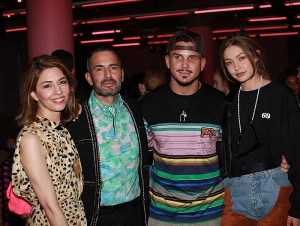 Trong khung hình từ trái sang đạo diễn Sofia Coppola, NTK Marc Jacobs và chồng mình và cuối cùng là chân dài Gigi Hadid. Gigi vừa là khách mời và cũng là người mẫu catwalk cho đợt show diễn này của nhà Prada
