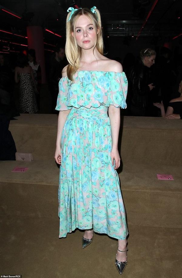 Nàng diễn viên xinh đẹp như thiên thần Elle Fanning trong chiếc váy nhún bèo trễ vai tông màu xanh ngọc chói chang