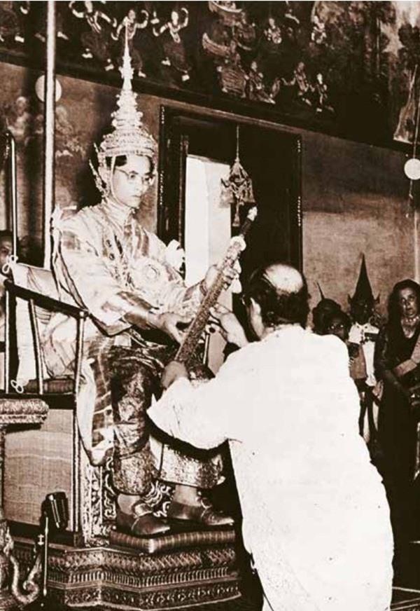Nhà vua Bhumibol, cha của Vua Vajiralongkorn nhận gươm trong lễ đăng quang ngày 5.5.1950. Ảnh: The Nation.