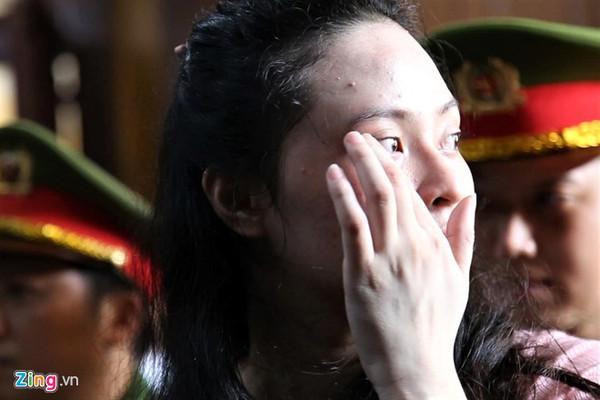 Ngọc Miu rơi nước mắt tại tòa. Ảnh: Zing