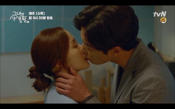 Nụ hôn bắt đầu cho một mối quan hệ lãng mạn.