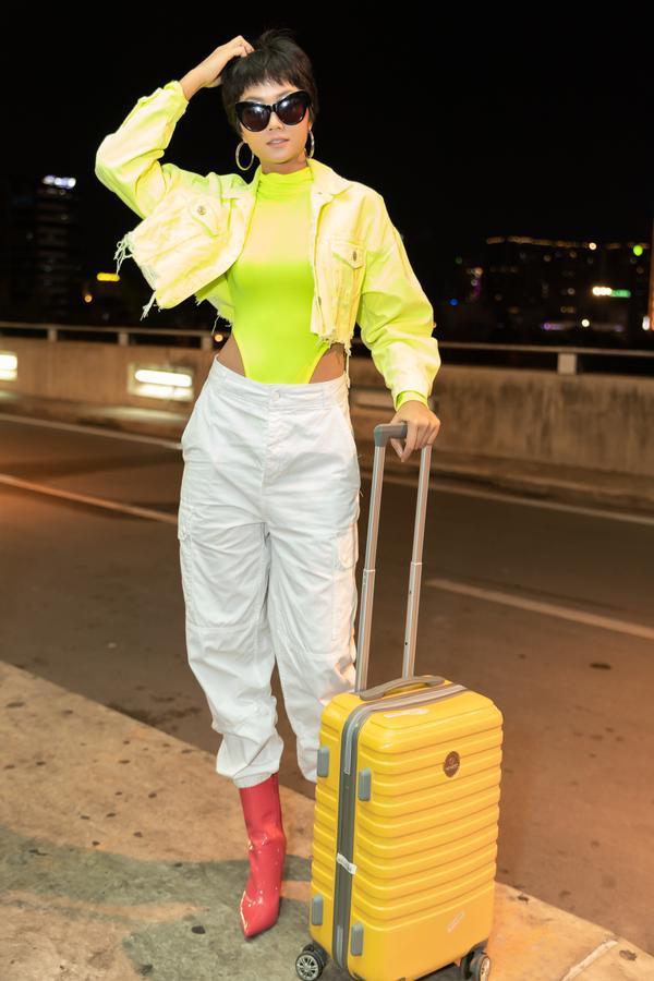 HHen Niê lại làm cả sân bay náo loạn khi thả dáng với áo tắm màu chóe ảnh 0