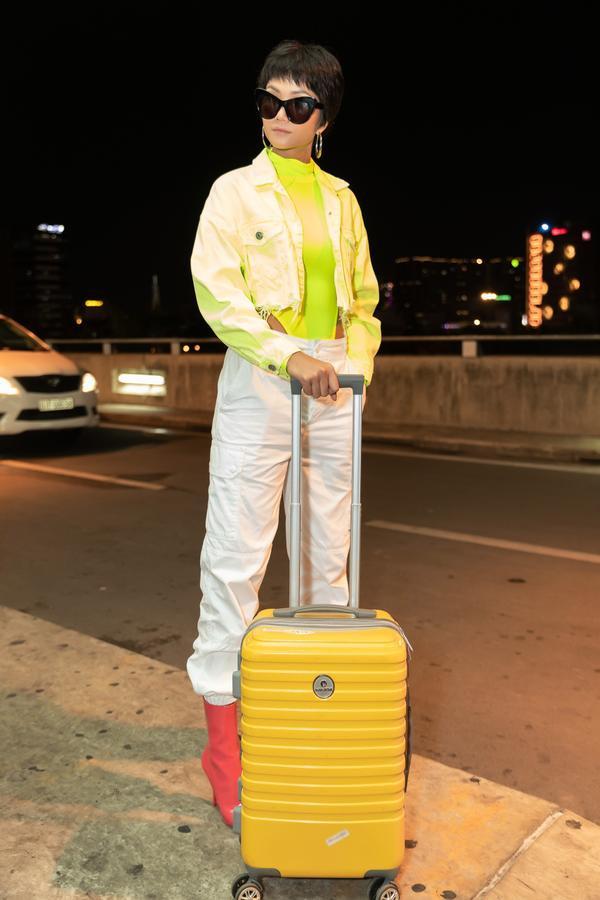 HHen Niê lại làm cả sân bay náo loạn khi thả dáng với áo tắm màu chóe ảnh 3