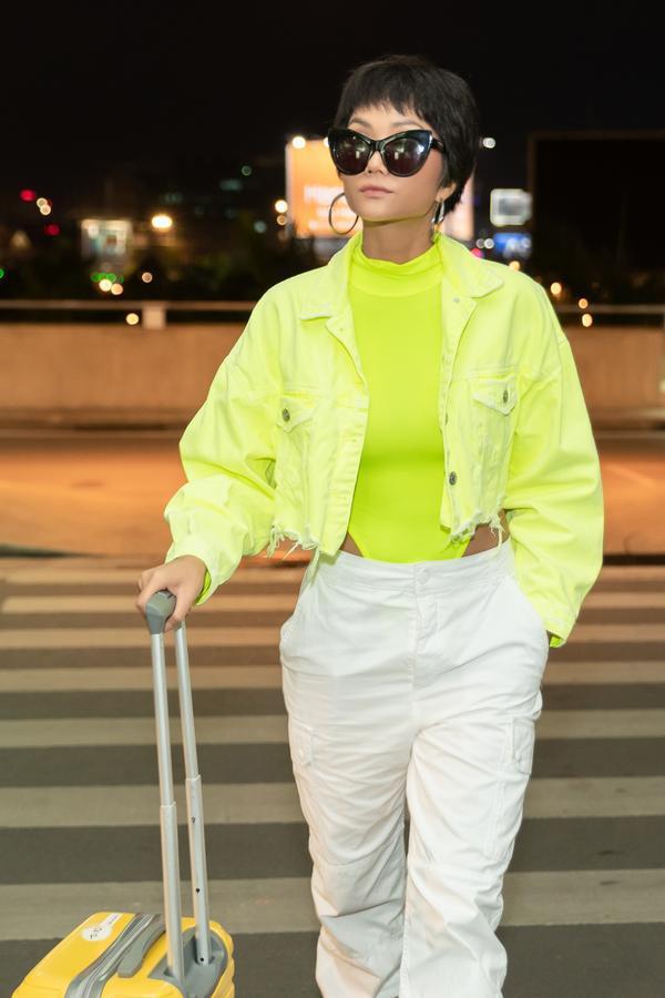 HHen Niê lại làm cả sân bay náo loạn khi thả dáng với áo tắm màu chóe ảnh 4