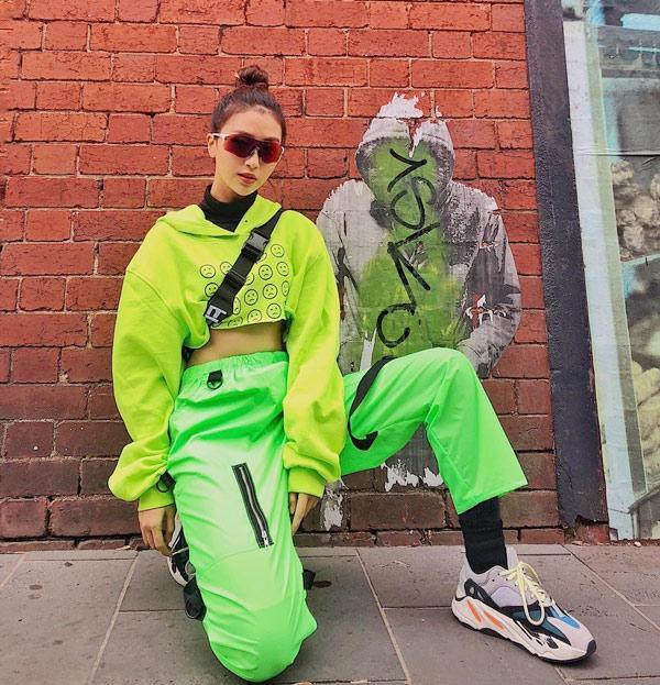 Là một fashionista thứ thiệt, Quỳnh Anh Shyn cũng chọn cho minh tông màu này khi xuống phố.