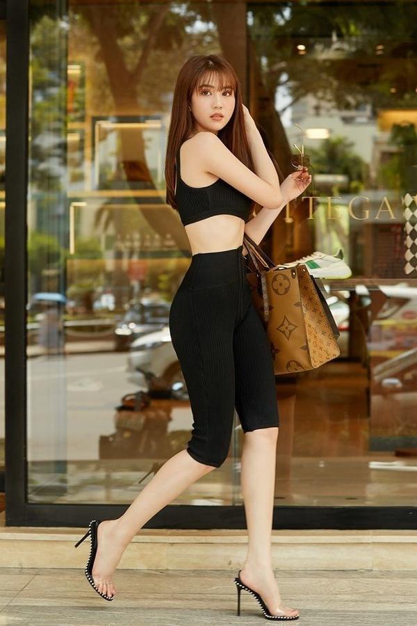Tuy nhiên, giống như legging, kiểu quần này dễ khiến bạn lộ khuyết điểm, nên Ngọc Trinh thường chọn các màu tối giản như đen hoặc trắng để mặc khi đi dạo phố hoặc shopping
